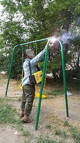 В некоторых дворах к сожалению даже пришлось приваривать качели к перекладинам - защита против вандалов, не думающих о детях.