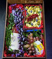 Подарочный набор с сыром и виноградом