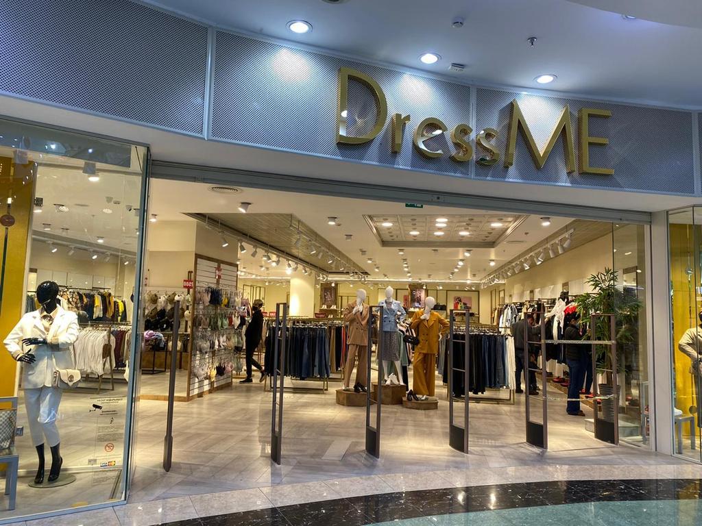 """Торгового оборудования для сети магазинов """"DressME"""" с использованием системы Vertical и металлических стоек Лофт."""