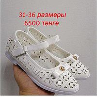 Белые туфли на девочек.