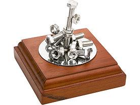 Композиция Эстетика металла. Подставка с магнитом позволяет создавать любые комбинации из прилагающихся болтов