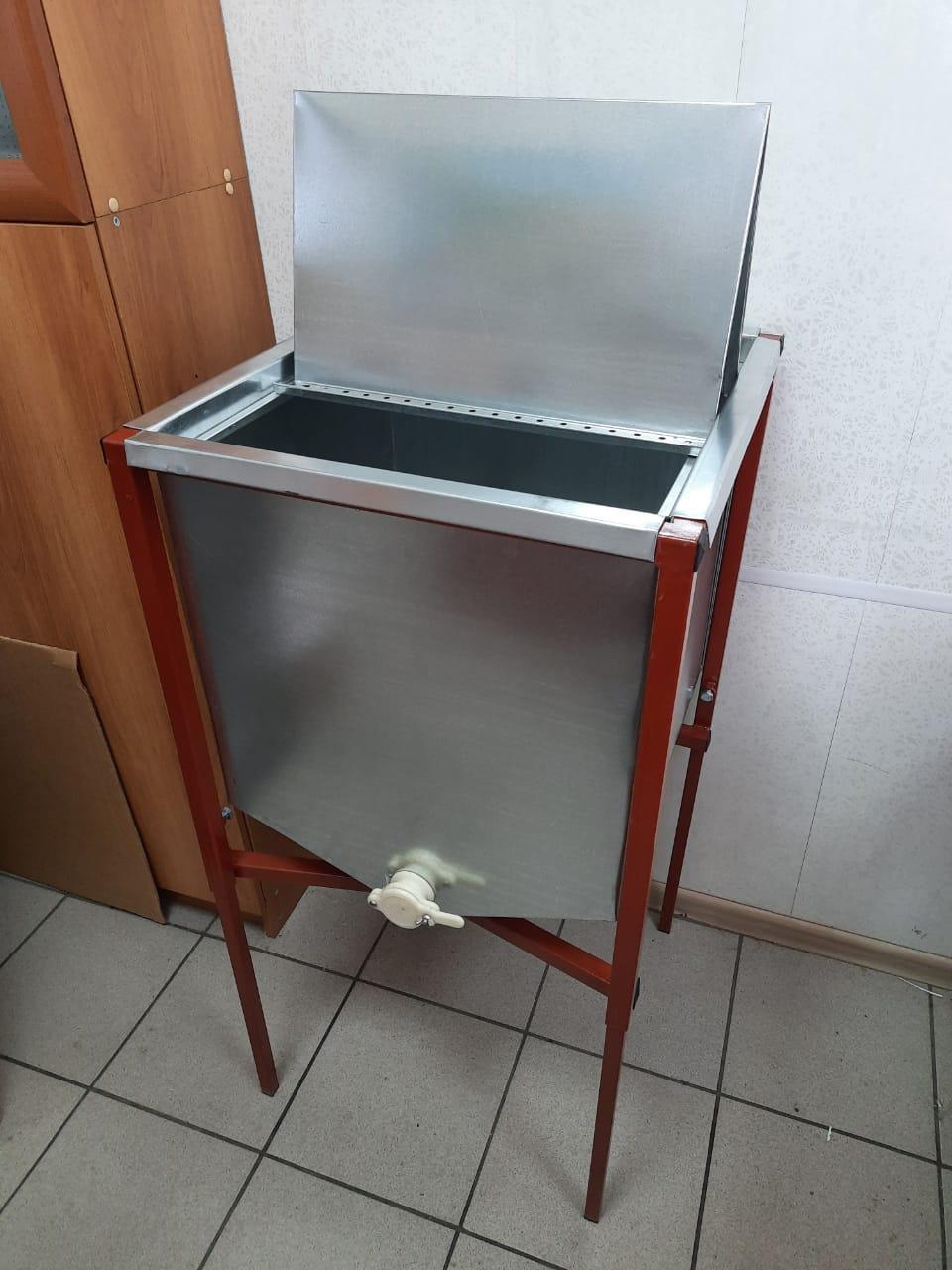 Стол для распечатывания сотовых ульевых рамок.