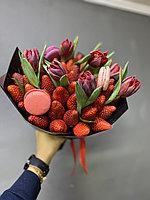 Клубничный букет с тюльпанами