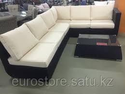 Комплект мебели из ротанга: угловой диван, журнальный столик