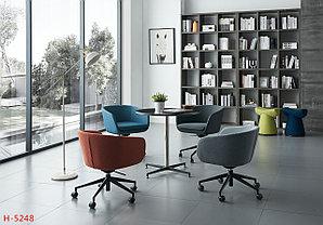 Дизайнерское кресло оранжевое с металлическим каркасом