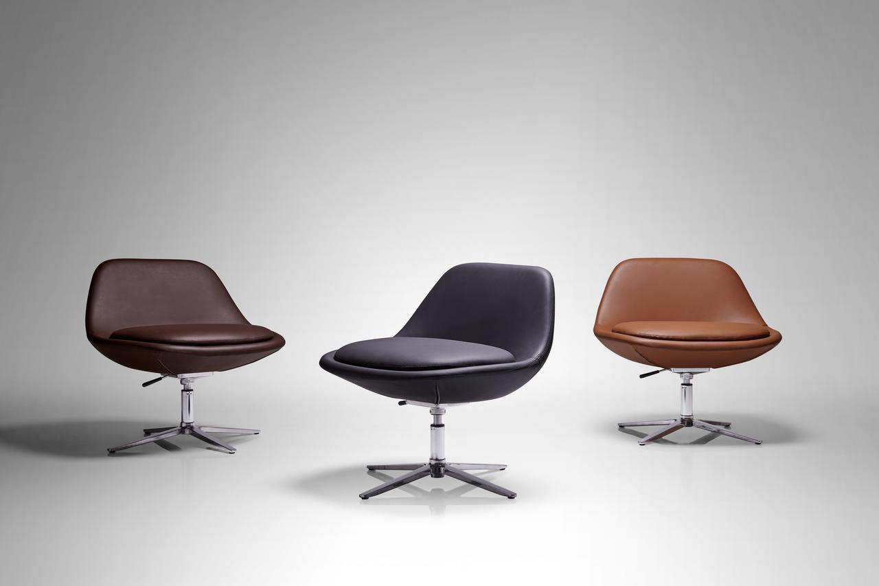 Коричневое кожаное кресло