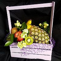 Фруктовая корзина с ананасом и цветами