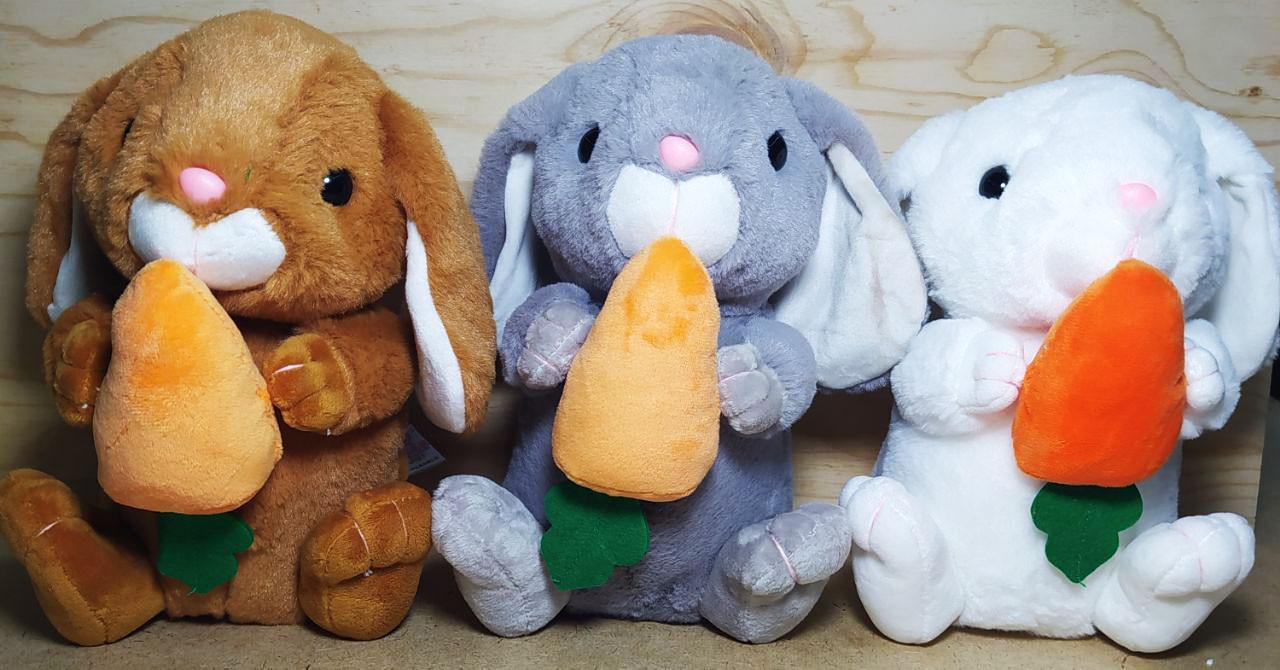 Зайчик кушает морковку (корич серый белый) 24см