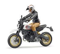 Мотоцикл Scrambler Ducati Desert Sled с мотоциклистом (Bruder, Германия)