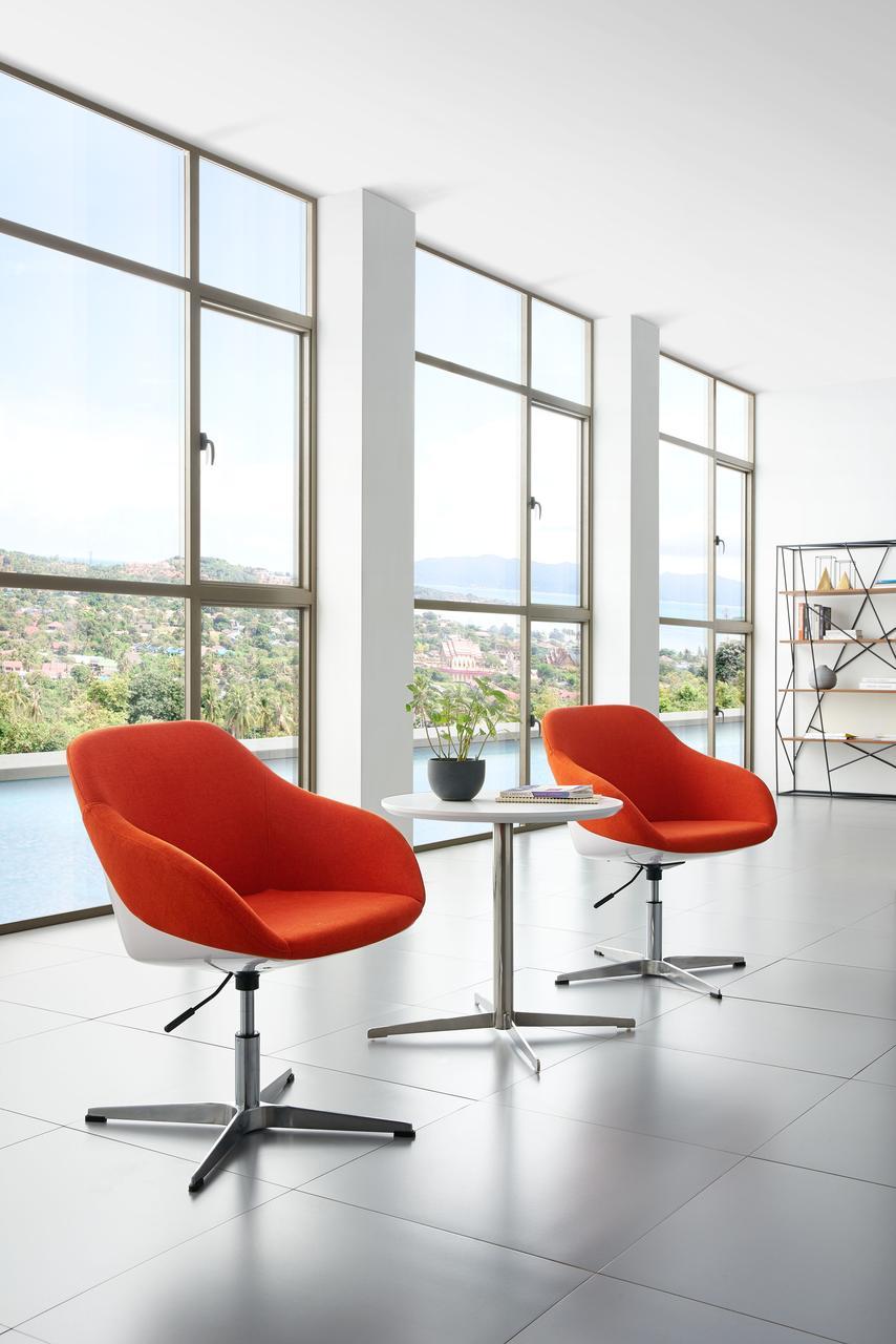 Дизайнерское кресло  с металлическим каркасом