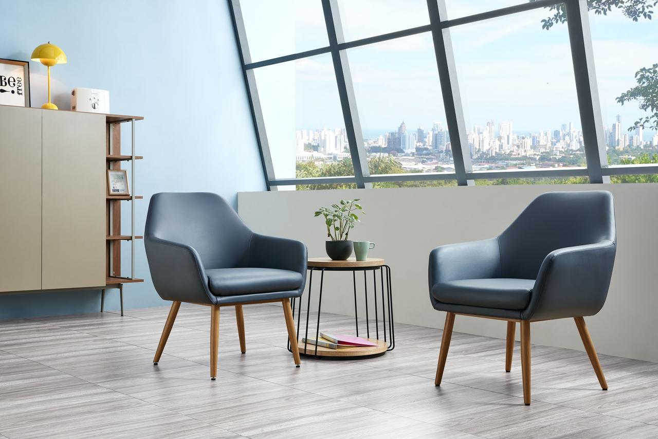 Дизайнерское офисное кресло c деревянными ножками
