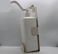 Дозатор локтевой с прямоугольной тарой, с креплением объём 1л.