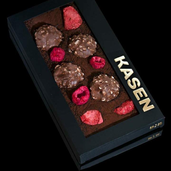 Тёмный шоколад ручной работы с Ferrero Rocher, клубникой и малиной