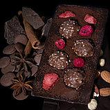 Тёмный шоколад ручной работы с Ferrero Rocher, клубникой и малиной, фото 2