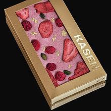Клубничный шоколад с ягодами, фисташками и пищевым золотом