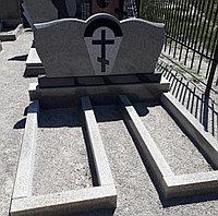 Семейный памятник (серый гранит, черная вставка)