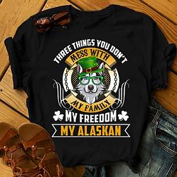 """Футболка с принтом """"Three things you don't mess with my family, my freedom, my Alaskan"""""""