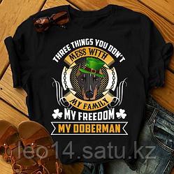 """Футболка с принтом """"Three things you don't mess with my family, my freedom, my Doberman"""""""
