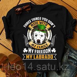 "Футболка с принтом ""Three things you don't mess with my family, my freedom, my Labrado"""