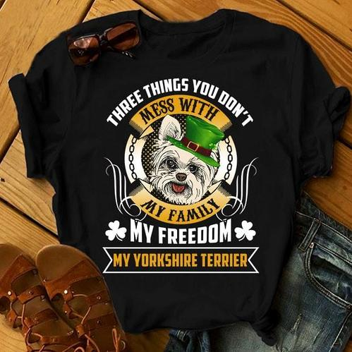 """Футболка с принтом """"Three things you don't mess with my family, my freedom, my Yourkshire terrier"""""""