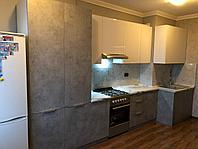 Комбинированная кухня: белый глянец, бетон