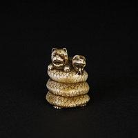 Нэцкэ «Змея, играющая с щенком» уникальный оберег от жизненных трудностей и неудач