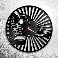 Настенные часы из пластинки интерьерные Кеды, в офис, кухню, прихожую, гараж, комнату, 1002