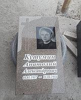Гранитный памятник с крестом ( Куртинский гранит ).