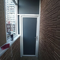 Дверь стеклянная в алюминиевом профиле.