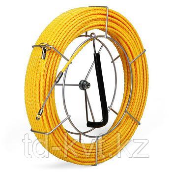 Протяжка из монолитной спирально закрученной полиэстровой нити с фиксированными наконечниками на металлической