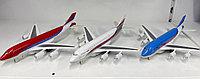 Игрушечная модель пассажирского самолета