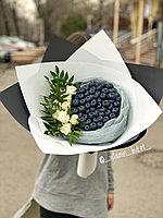 Ягодный букет с голубикой и белыми розами