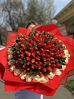 Клубничный букет с белыми розами XL