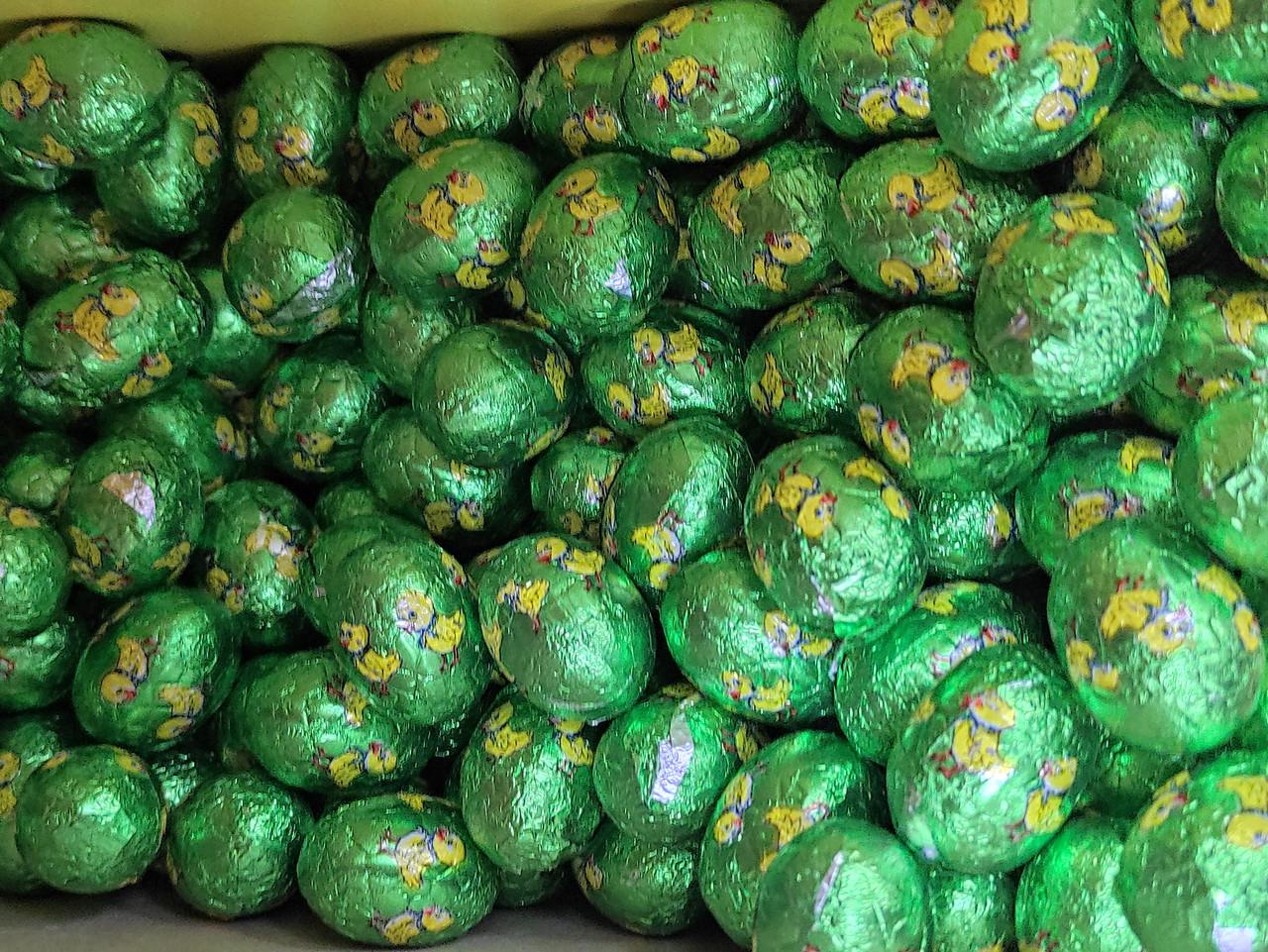 Яйцо шоколадное (Зеленые с утятами) белая начинка с воздушным рисом 1кг