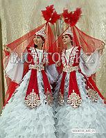 Красный казахский камзол, пышное платье.
