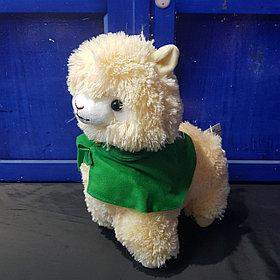 Плюшевая альпака с плащом, бежевая (35 см)