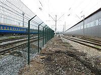 Металлическое ограждение для железных дорог