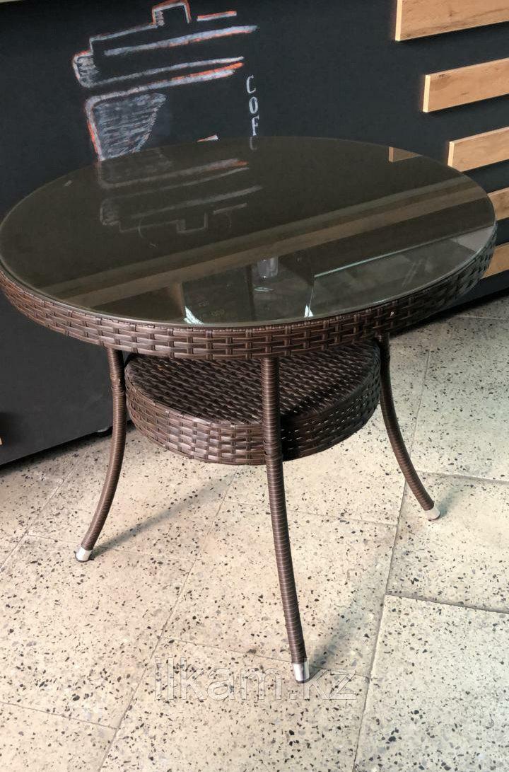 Плетеный стол на металлическом каркасе