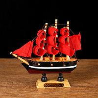 Корабль сувенирный малый «Марианна», борта с белой полосой, паруса алые, микс, 3×10×10 см