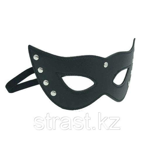 Черная кожаная маска с заклепками