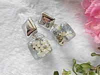 Серьги-кубики с белыми цветочками в эпоксидной смоле