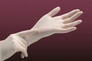 Перчатки латексные нестерильные опудренные (100 штук в пачке)