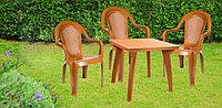 Пластмассовый стол стулями