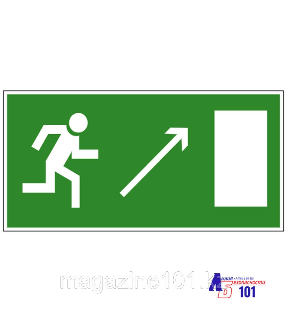 """Знак """"Направление к эвакуационному выходу направо вверх"""" И-07"""