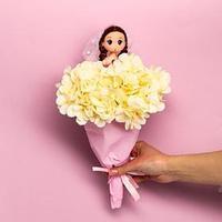 Букет с игрушкой 'Кукла Мия'