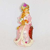 Снегурочка в розовой шубе, сидящая 12см (пластик)