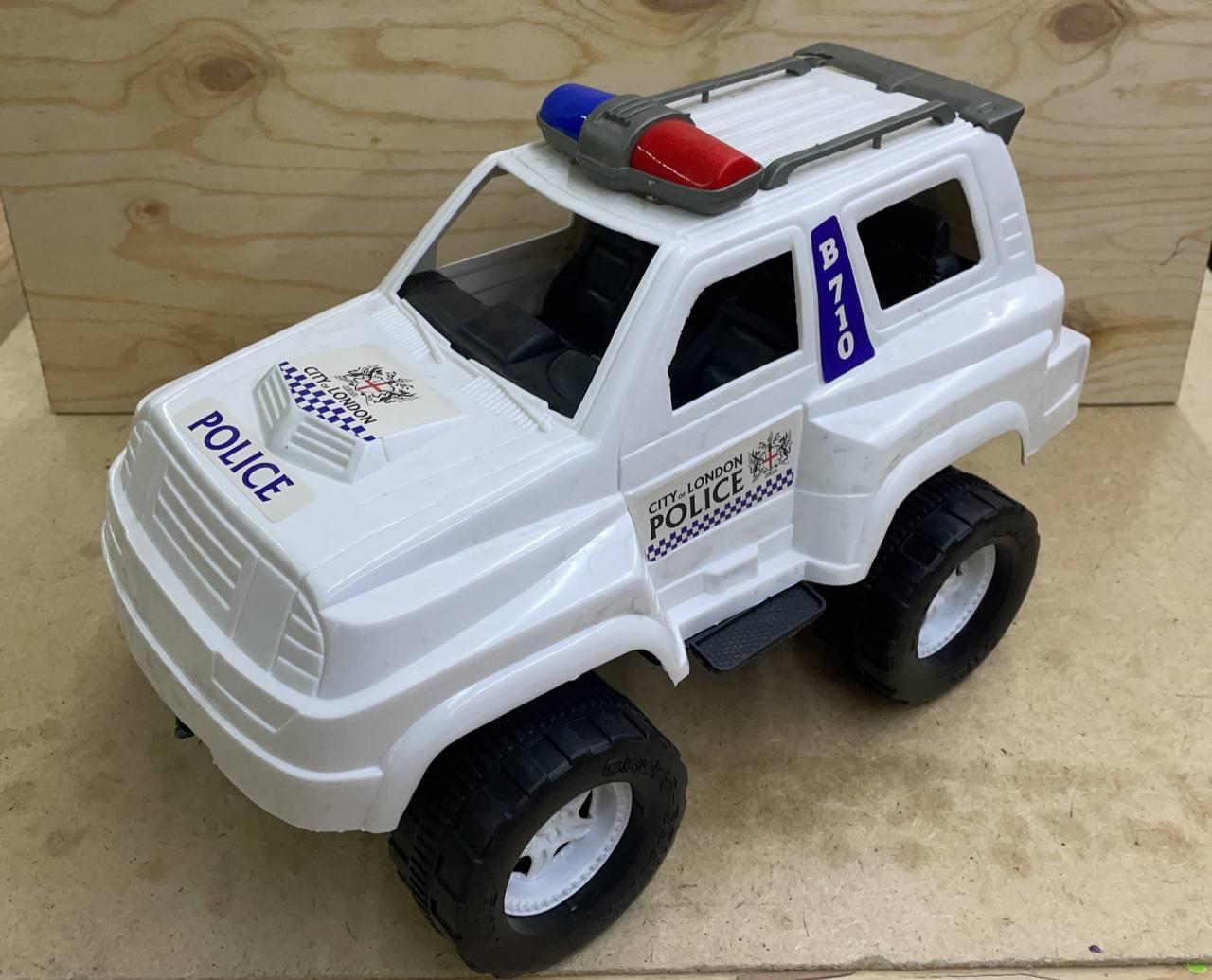 032-7 Джип полиция Машина без бампера, небольшая трещина имеется в передней части