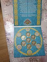 Наборы монет Казахстана Jeti Qazina в альбомах.