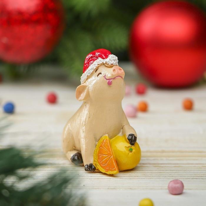 """Сувенир полистоун """"Поросёнок Тоша в новогоднем колпаке с мандаринами"""" h=6 см"""