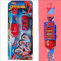 Набор детский браслет наручные часы на батарейках мини машинка световые эффекты мстители человек паук